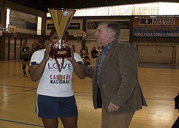 Presidente Ulisses Pereira entrega a Taça de Campeão Nacional a Claudia Correia, capitã do Alavarium/ Love Tiles