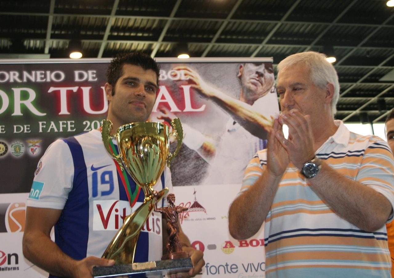 Ricardo Moreira recebe trofeu do Torneio de Portugal