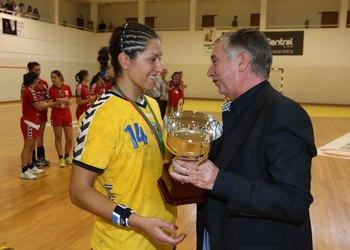 Presidente Ulisses Pereira entrega Supertaça à capitão equipa do Madeira.