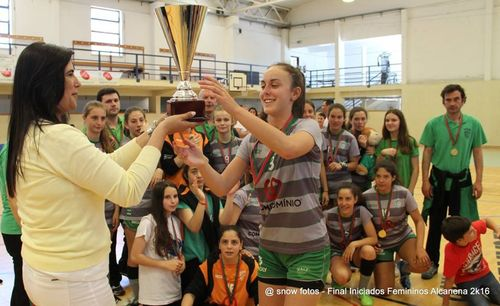 Entrega da Taça ao CA Leça - Campeão Nacional de Iniciados Femininos - foto: Luís Neves