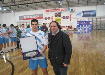 Selecção da Galiza vencedora do Torneio Int. de Fafe - Taça entregue por Dr. Pompeu Martins