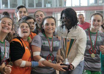 Juliana Sousa entrega a Taça ao CA Leça - campeão nacional iniciados femininos 2013-14