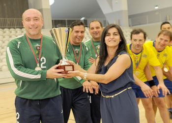 Drª Andrea Santiago entrega taça aos campeões CD Xico Andebol/Clássicos Guimarães - veteranos masculinos