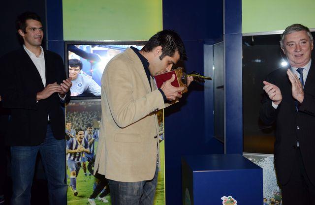Ulisses Pereira entrega troféu a Ricardo Moreira
