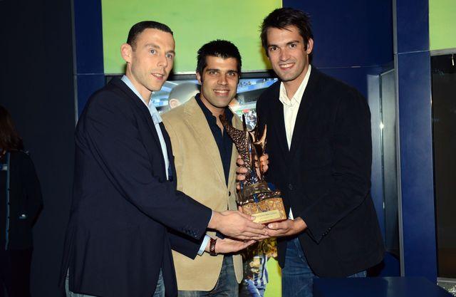 Hugo Laurentino, Ricardo Moreira e Tiago Rocha com o troféu de hexacampeão nacional
