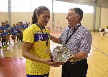 Renata Tavares recebe Supertaça das mãos presidente da FAP