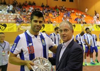 Miguel Laranjeiro entrega prémio de 4.º classificado a Ricardo Moreira (FCP)