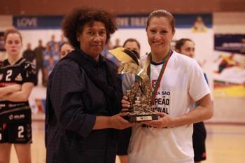 Paula Espírito Santo entrega a Taça a Renata Tavares, capitã do Madeira Sad - foto: WUP Sports