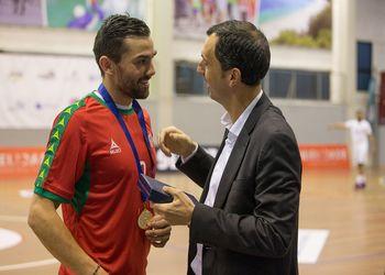 Pedro Solha recebe placa e medalha das 100 internacionalizações entregue por Miguel Fernandes - Portugal : Qatar - 06.06.16 - foto: Pedro Alves / PhotoReport.In