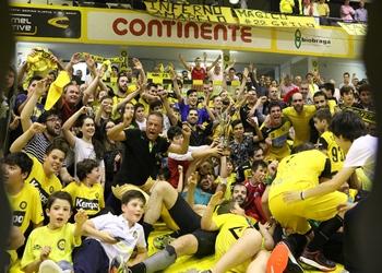 Campeão ABC, com a Taça, jogadores e adeptos