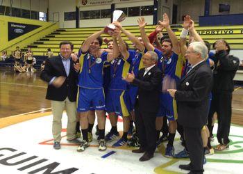 Vice presidente Augusto Silva entrega Taça de Campeão Nacional ao CD Xico Andebol