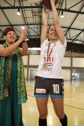 Júlia Calado entrega a Taça à capitã do Alavarium Love Tiles, Filipa Fontes - foto: António Oliveira