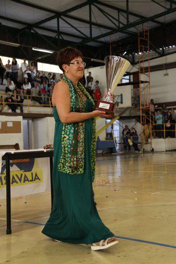 Júlia Calado, patrona do Campeonato Multicare 1ª Divisão Seniores Femininos 2014/ 2015 na entrega da Taça ao Alavarium Love Tiles - foto: António Oliveira