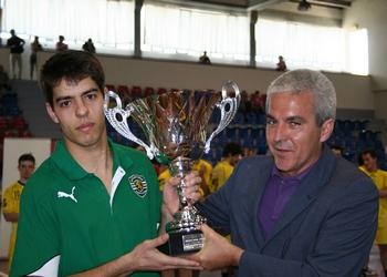 Pedro Siqueira 8SCP) recebe troféu em Mangualde