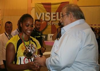 Capitã do Alavarium recebe troféu 2.ª clas. Supertaça Feminina 2013
