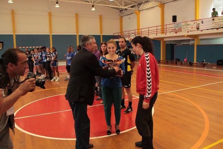 Presidente da FAP, Ulisses Pereira, entrega Taça ao vencedor, Madeira Sad - foto Luís Simões