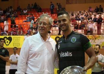 Capitão Bruno Moreira recebe trofeu das mãos presidente Câmara Viseu