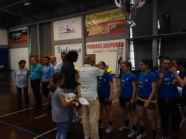 Entrega das medalhas ao Alavarium Love Tiles - campeão nacional seniores femininos 2013-14