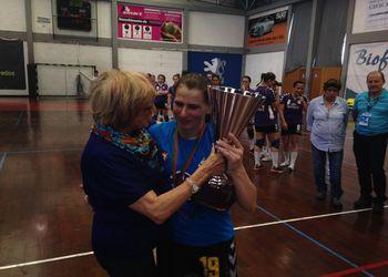 Fátima Monge da Silva entrega Taça de Campeão Nacional a Ana Seabra, capitã do Alavarium Love Tiles