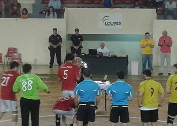 Vice-presidente Henrique Silva entrega taça ao capitão do Arsenal da Devesa