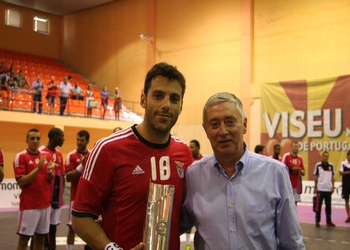 Ulisses Pereira entrega Troféu Feira de S.Mateus ao SL Benfica