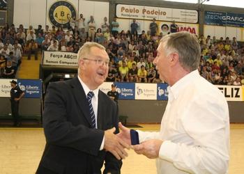Presidente da FAP,Ulisses Pereira, recebe lembrança da EHF