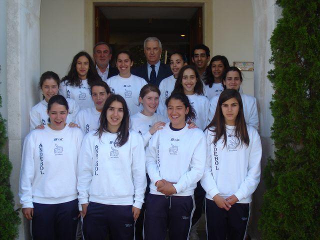 Presidente da Federação, Henrique Torrinha e a equipa do JAC Alcanena, Campeã Nacional 1ª Divisão Iniciados Femininos 2008/09