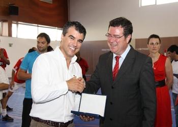 Augusto Silva entrega lembrança  ao presidente da Câmara de Fig.Castelo Rodrigo