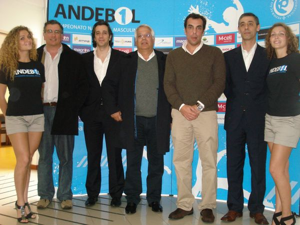 Representantes dos clubes presentes no sorteio do Andebol 1