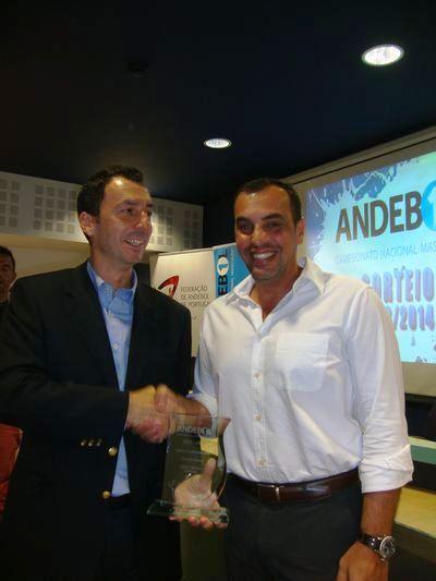 Miguel Fernandes (FAP) entrega prémio de Melhor Guarda-Redes ao representante de Vicente Álamo - Luis Gomes (SL Benfica)