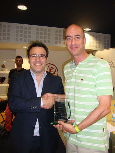 Hugo Maganinho (Andystat) entrega prémio de Melhor Marcador ao representante de Pedro Cruz - Mário Carvalho (AA Águas Santas)