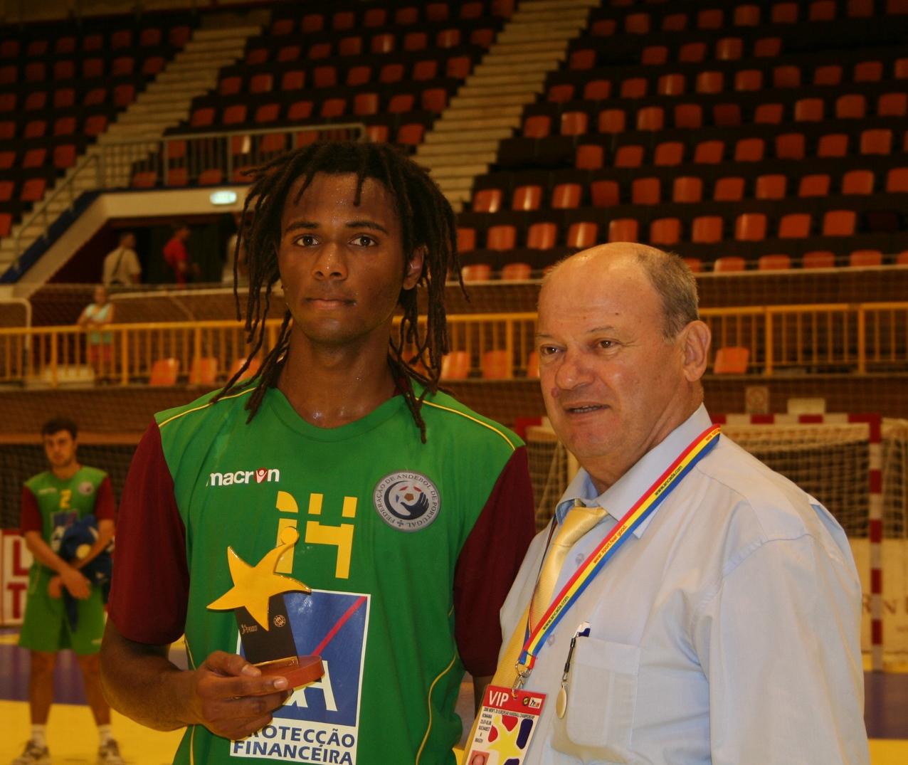 Campeonato Europeu Sub20 Masculino Roménia 2008 - Espanha : Portugal - Wilson Davyes recebe prémio de Melhor Jogador