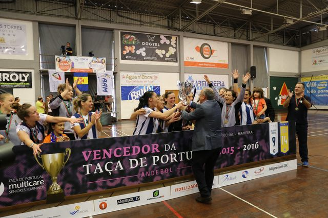 CS Madeira : Colégio de Gaia/ Toyota - final Taça de Portugal Multicare Seniores Femininos 2015/2016 - entrega da Taça ao CS Madeira
